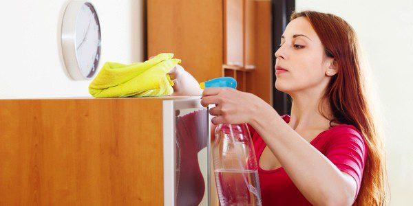 Se aconseja limpiar los muebles con paños húmedos para evitar la alergia