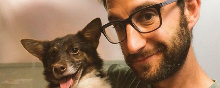 Dani Rovira y un perro de la asociación de animales