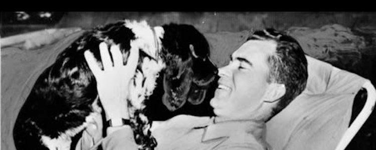 Nixon con uno de sus perros