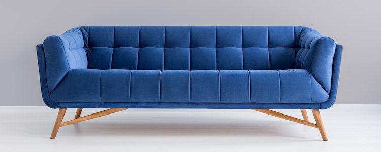 Puedes cubrir el sofá con una funda gruesa