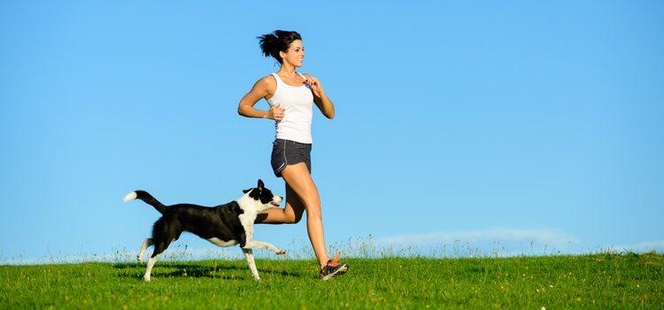 Mujer y perro corriendo