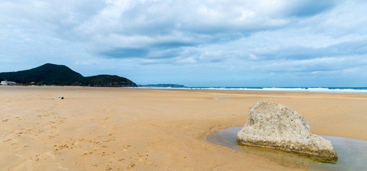 La Playa de Berría en Cantabria es de arena fina y blanca